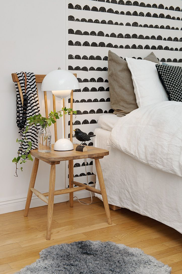 Dormitorio escandinavo • Scandinavian bedroom with 'Half Moon Black' wallpaper by Ferm Living