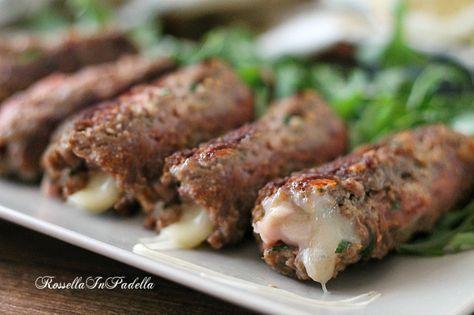 Cannoli di carne ripieni, gustosi e semplici da preparare. Cannoli arrotolati di gustosa carne farciti con prosciutto cotto e formaggio.