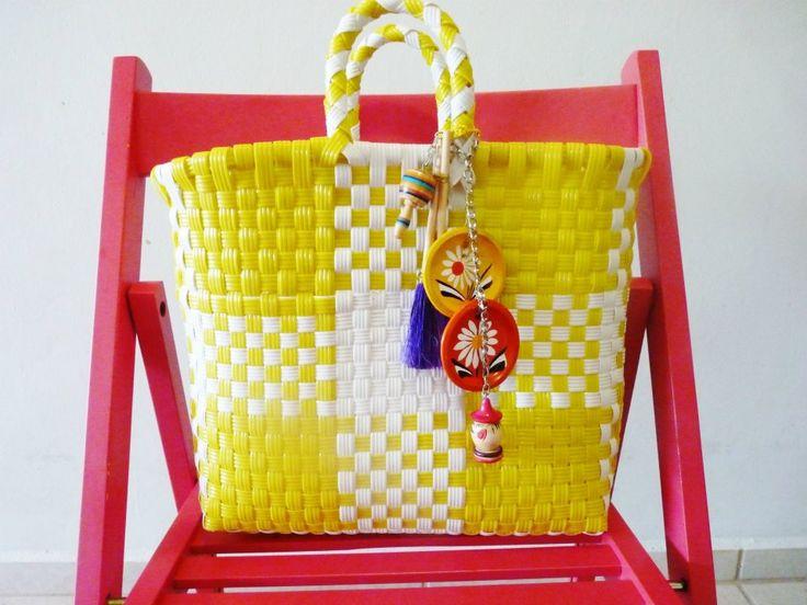 ¿Qué les parece esta bolsa artesanal con detalles en barro y madera? Bonita y súper práctica ¿no? #craft #handmade #artesanal #DEDU