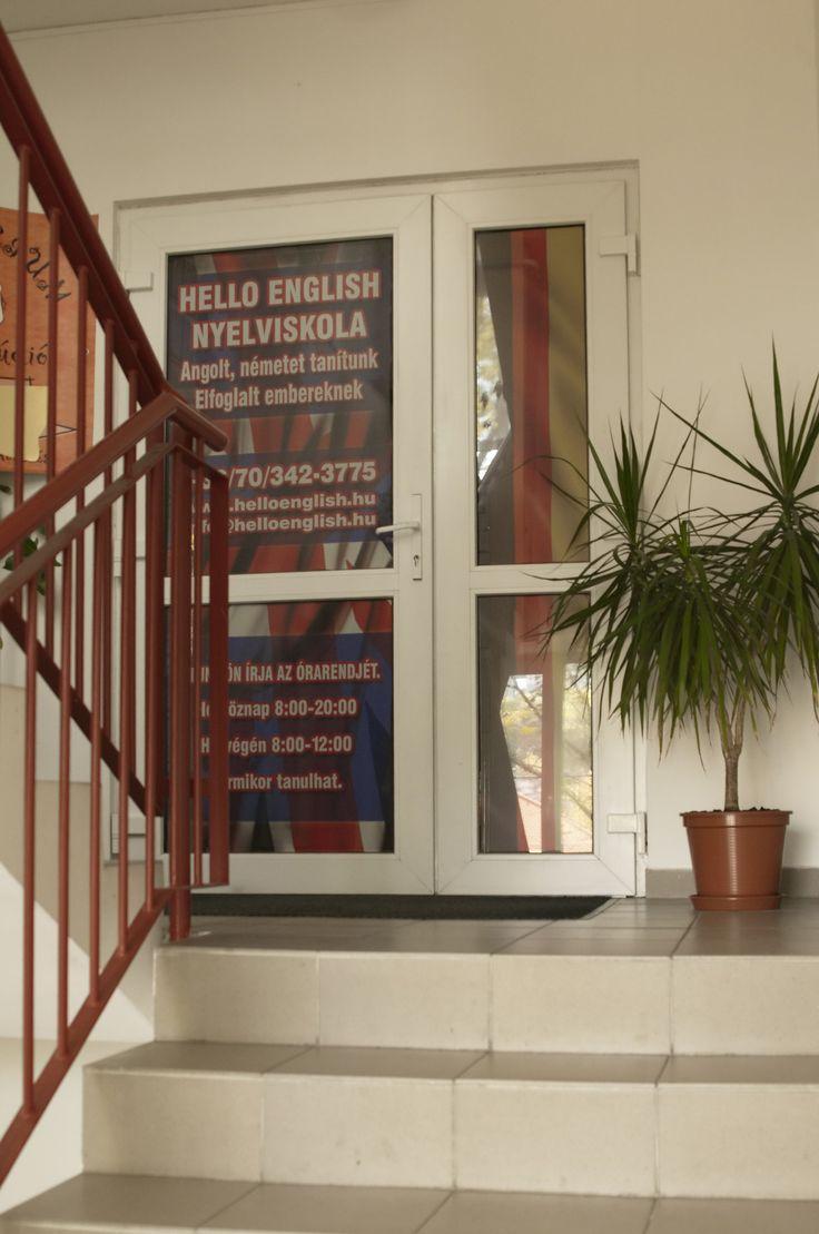 Hello English nyelviskola lépcsőházból nyíló főbejárata az első emeleten, ahol a teljes szintet elfoglalja a nyelviskola.