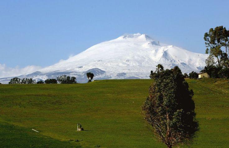 Der Vulkan Ätna auf Sizilien in  Italien   hat eine Gondel und Schlepplifte auf...