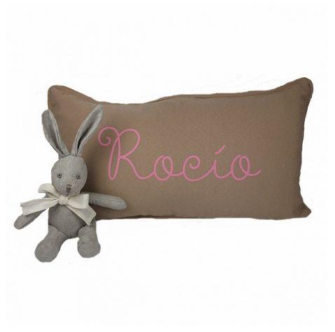 Cojines personalizados para bebes elige el color de las letras: azules, rosas o blancas.