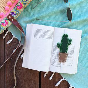 Je vous retrouve aujourd'hui sous le soleil avec un petit modèle simple à coudre sur la route des vacances et qui devraient accompagner vos romans de l'été ! Voici le marque-page cactus en feutrine 😉 Attention, ça pique !  Matériel : Deux coupons de feutrine verte et camel (à retrouver dans les boutiquesToto tissus)... Lire la suite »