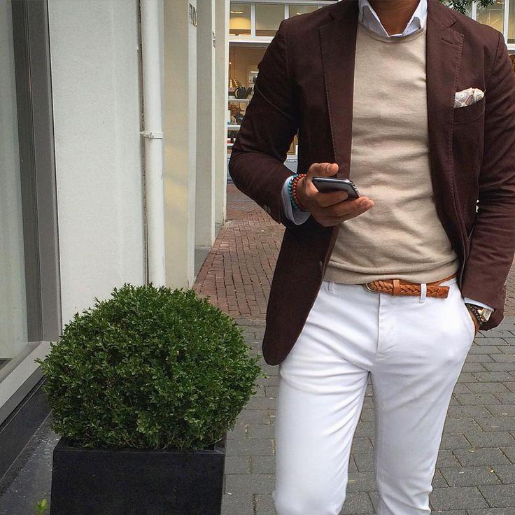 Chaqueta café y pantalon blanco