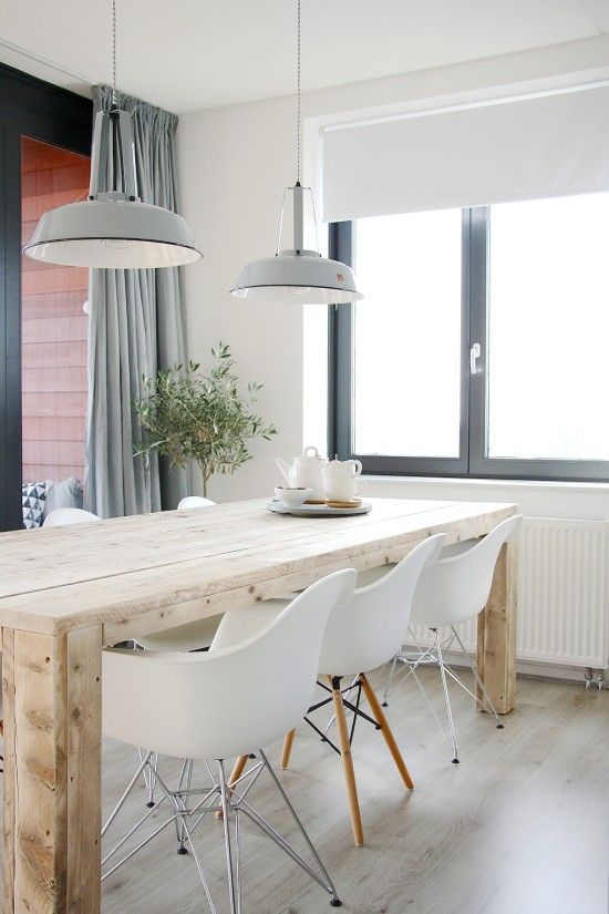 Table en bois et mûrs en blanc!!!rideau en gris!!!!   Inspirant!