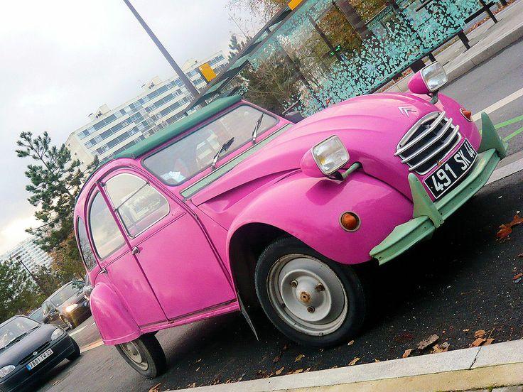 Citroën 2CV (couleur rose n'est pas d'origine)