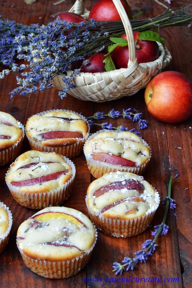 CAIETUL CU RETETE: Briose cu nectarine si lavanda