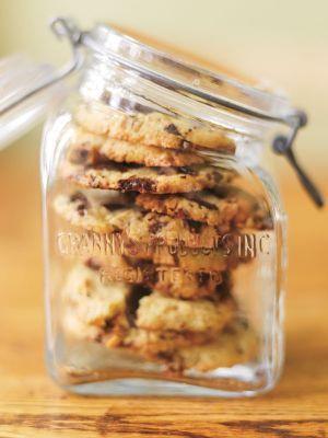 Chocolate Chip Cookies från Leila Bakar. Kätevä vierasvara, sillä taikinan voi tehdä valmiiksi pakastimeen ja paistaa keksit nopeasti kun tarve iskee :)