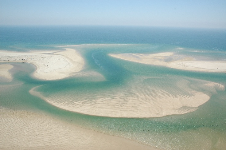De stranden liggen als eilanden voor de kust