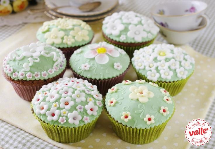 CUPCAKES FIORITI AL CACAO E CIOCCOLATO BIANCO - Un cupcake soffice e profumato ricoperto da tanti fiorellini. Sarà una sorpresa per la mamma che se li troverà sul tavolo della colazione nel giorno della sua festa. Scopri la ricetta! MAMMA SEI UNICA! #festadellamamma
