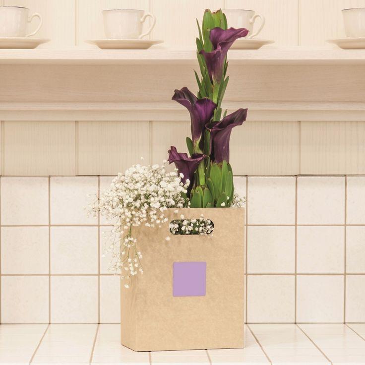 Packaging para flores. La forma más elegante, original y ecológica de regalar flores. La bolsa es rígida y está pensada para complementar y transportar la preciosas flores de la floristería a la persona a sorprender. Sin duda, la línea de packaging para flores y rosa individual son la tendencia. cistelleriapou.com