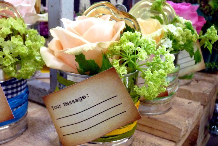 Blumengeschäft einmal anders: Fachverband Deutscher Floristen und Blumenbüro Holland unterstützen Fachgeschäfte in ihrem Zielgruppenmarketing. Hier wird die Rose Avalanche + in den Fokus gesetzt.