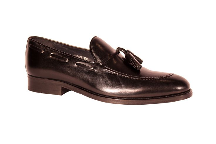 Black tassel loafer for man. www.sapatariadocarmo.com