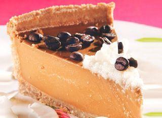 """Bom para acompanhar o chá da tarde, o <a href=""""http://mdemulher.abril.com.br/culinaria/receitas/receita-de-cheesecake-cafe-coco-633798.shtml"""" target=""""_blank"""">cheesecake de café e coco</a> é fácil de fazer."""