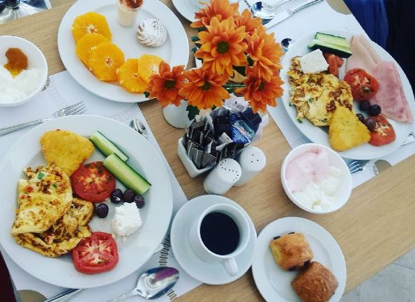 Plates and plates full of reasons to wake up for in the morning!  📸: @aniespring/Instagram