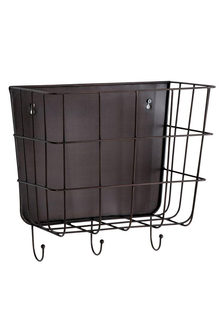 Opbevaringskurv som kan bruges til for eksempel vanter, huer, aviser, legetøj med mere. Hænges på væggen. 3 kroge. Af metal. Bredde 40 cm. Dybde 22 cm. Højde 37 cm.