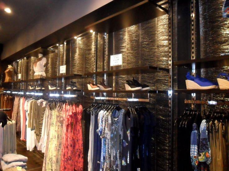L'allestimento interno dei #negozi Hot Shot Area punta sulla #luminosità e sui bagliori metallici del tessuto #River