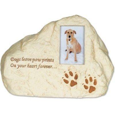 Een bijzondere urn met fotolijstje, hondenpootjes en tekst voor een dierbare overleden hond. <br /> 20 x 14 x 14 cm