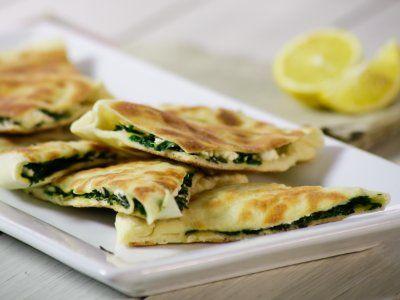 Receta de Pan Árabe con Espinaca y Queso Feta | Prepara este fácil y rico pan árabe con espinaca y queso feta. Aquí te enseñamos a hacer el pan árabe desde cero. Son ideales para la botana y compartir con amigos y familia. El pan árabe esta hecho con Yoghurt Estilo Griego lo cual los hace más suaves. No dejes de hacerlos que están deliciosos.