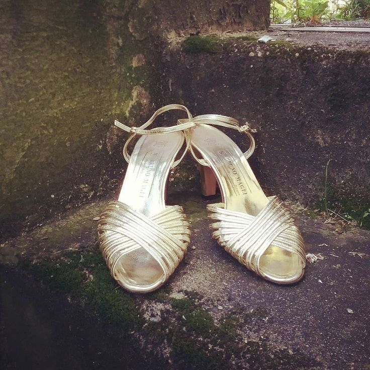 More lovely shoes!  #humanavintage #humanaaltona #humanahamburg #humanasecondhand #humanasecondhandshop #vintagestyle #vintagefashion #shoes #goldenpumps #brunomagli #vintageshoes #goldshoes