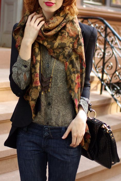 I just love how the blazer and top bring out the autumn vibe of this scarf.