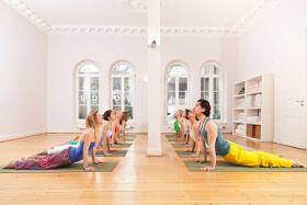 Yoga ist ein tolles Entspannungs- und Bewegungskonzept sowohl für Sportler wie auch für jeden, der etwas für seinen Rücken tun möchte!  Wie kannst Du mit Yoga Rückenschmerzen vorbeugen? Wie wirkt Yoga? Welches sind hilfreiche Übungen? Für wen ist Yoga geeignet?     Bild:   Yogaschula KarmaKarma, Düsseldorf  http://www.kompetenz-gesunder-ruecken.de/de/ruecken-blog/yoga-staerkt-deinen-ruecken%E2%80%93yogalehrerin-riccarda-kolb-von-karmakarma-in-duesseldorf