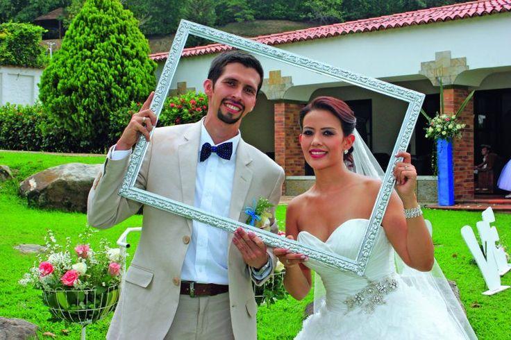 Freddy Bolívar y Jénnifer Gómez posaron sonrientes y expontáneos para la cámara el día de su boda. Fotos: Gúmer Báez / Cortesía.