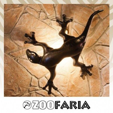 Sfeervolle Geckolamp handgemaakt uit Indonesië. Volledig van metaal met aan de binnenkant een fitting.  Afm. : 120 cm. Let op de fitting met snoer worden los geleverd bij de Gecko. Makkelijk te monteren