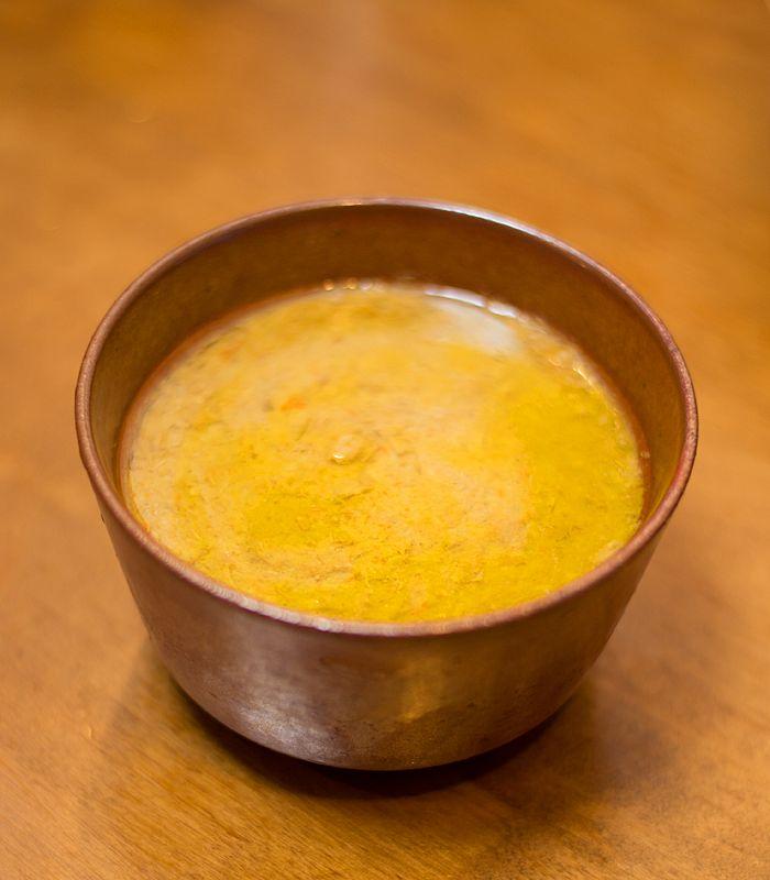 リエット ブロックを、サイコロに切ります。部位はなんでも。塩をして、たっぷりのラードでキツネ色になるまで炒めます。  続いてここへ、ザク切りしたニンジンとタマネギを加え、炒め合わせます。月桂樹の葉を一枚と、胡椒をたっぷり振りかけます。  鍋の中を全部器に移し、ワインをヒタヒタに注いで200度のオーブンで一時間煮込みます。途中二三度、天地をひっくり返してまんべんなく火を入れます。煮込めたら粗熱をとってフードプロセッサに入れ、滑らかなペースト状に仕上げます。回しにくい時は、煮きったワインを注いでのばす。ペーストを保存容器に入れ、上からラードをビッチリ張ります。リエットは豚、鶏、ウサギ、魚等でも作られるフランスの保存食です。