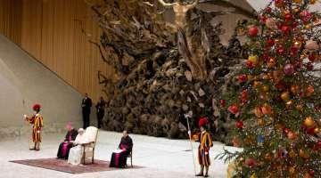 El Papa critica a los que quieren borrar el significado de la Navidad y marginar la fe 27/12/2017 - 04:25 am .- La Audiencia General de este miércoles en el Aula Pablo VI del Vaticano estuvo dedicada al significado de la Navidad, y el Papa Francisco criticó con rotundidad a quienes eliminan su verdadero sentido.