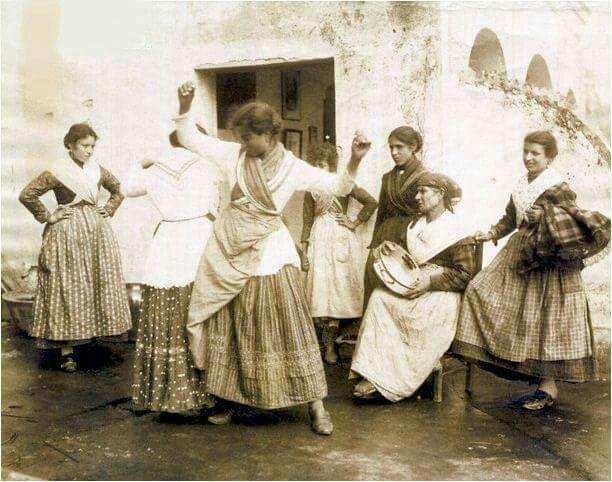 Napoli, donne che ballano la tarantella 1870
