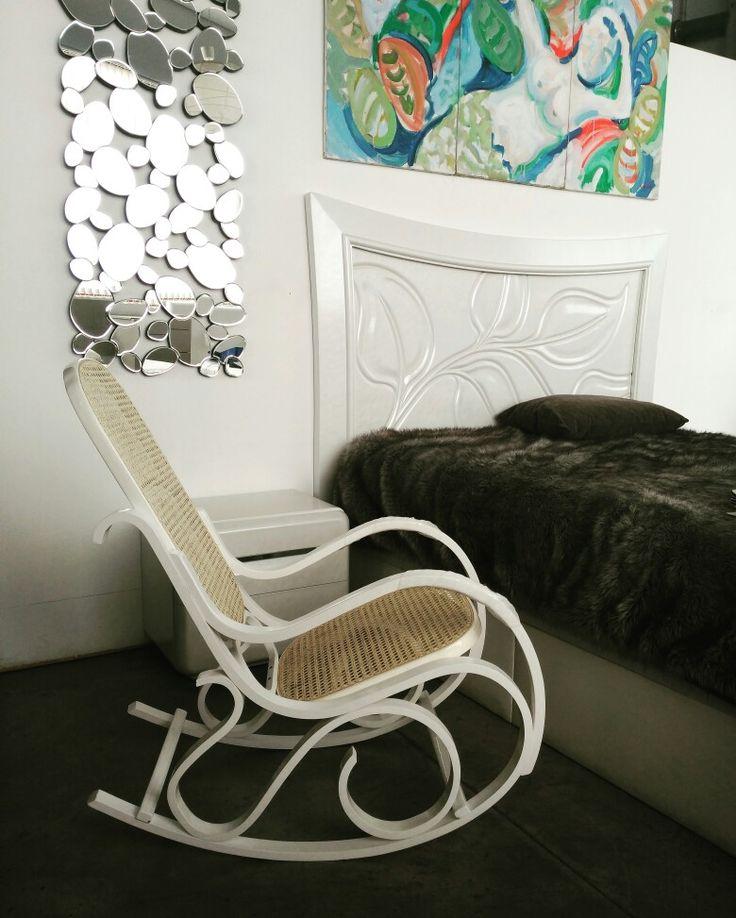Mecedora tipo Thonet de madera curvada, con respaldo y asiento de rejilla. Color blanco, miel o nogal.  Espejo de óvalos, cabecero con partículas de nácar