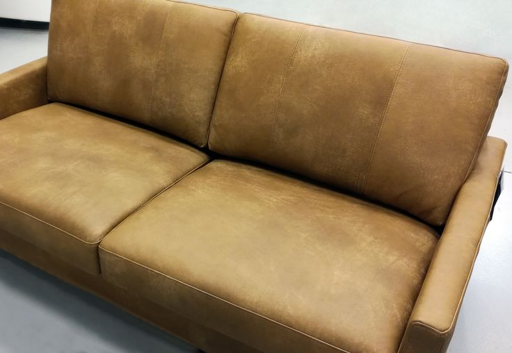 💛 Sofa of the Day 💛 Malli / Model: Monikko Nahka / Leather: Nature 03 Light Brown  #pohjanmaan #pohjanmaankaluste  #picoftheday #instapic #furnituremaker #furnituredecor