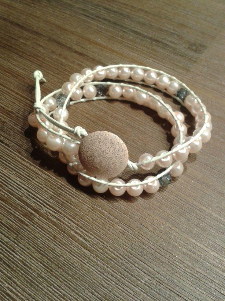 Wickelarmband mit Perlen in rosa und grauen Glitzerperlen. Lederband in weiß.