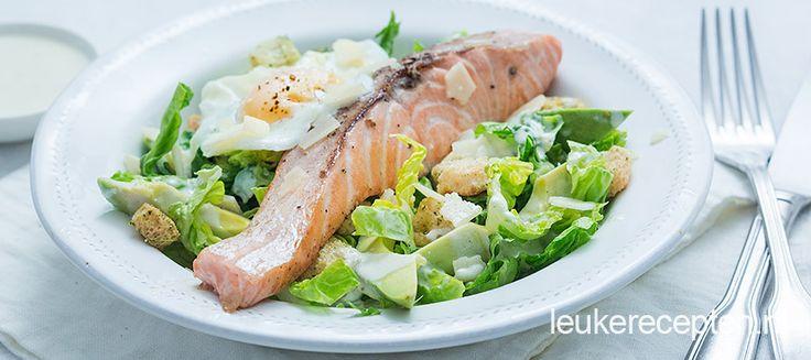 Caesar salade aangevuld met avocado en zalm tot een heerlijke maaltijd. Lekker bij zalm uit oven.
