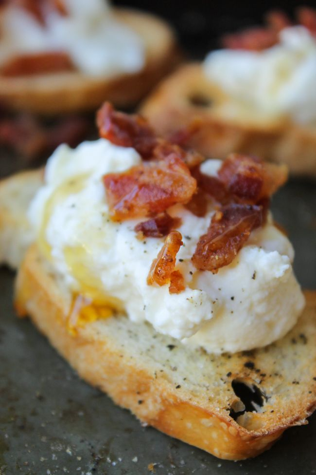 Bacon Ricotta Crostini // The easiest appetizer for Thanksgiving or Christmas! Plus you can make-ahead and assemble last minute. Also: bacon.