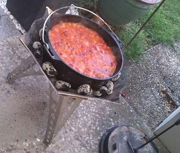 Frank Kutschera von Globetrotter-Bavaria hat uns ein tolles Rezept für den Dutch Oven geschickt. Ein Gulasch zusätzlich mit Hackfleisch und Kassler. Klingt super lecker und macht sicher satt. Zutaten: 500 g Räucherbauch 500 g Zwiebeln 500 g Gulasch vom Schwein 500 g Gulasch vom Rind 500 g Paprikaschoten, grüne und rote 500 g Hackfleisch 500 g Kasseler, heißgeräuchert 1 große Dose Tomaten 2 Flaschen Schaschlik-Sauße 2 Becher süße Sahne Alles grob würfeln. Zuerst die Tomaten, dann übrige…
