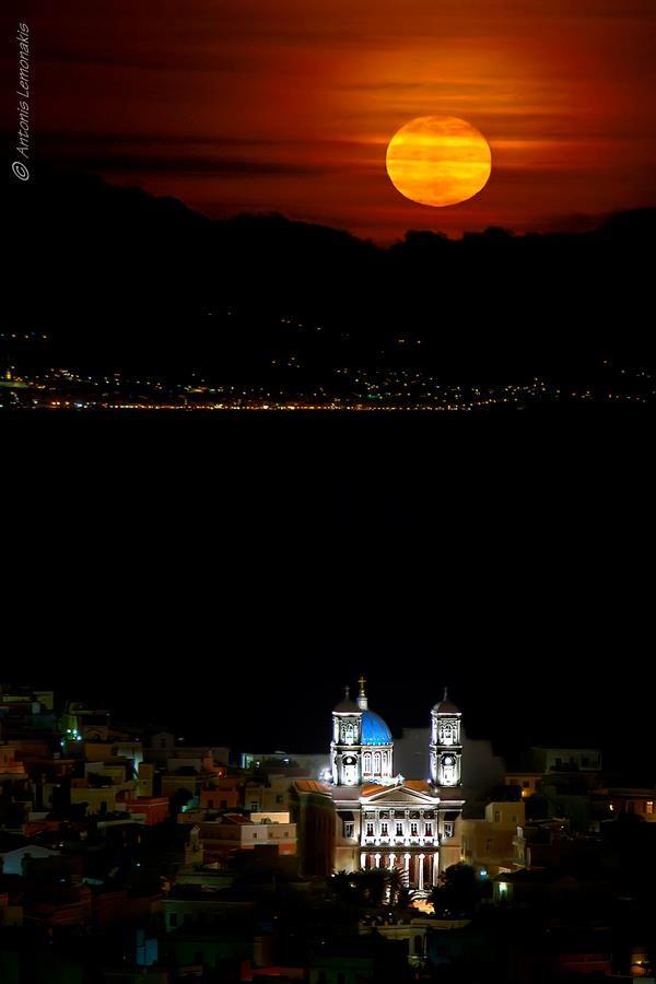 Σύρος ~φλερτάρονταςμε τοφεγγάρι Syros ~ flirting with the moon  Δεν το μπορείς του φεγγαριούνα βρεις ένα ψεγάδιγιατί σκορπά την ομορφιάστην πλάση κάθε βράδυ.  photo byAntonis Lemonakis on TBoH