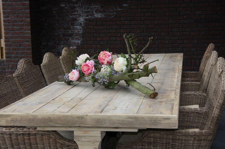 Bloemstuk op een tuintafel decoratietak met zijde bloemen for Bloemen decoratie