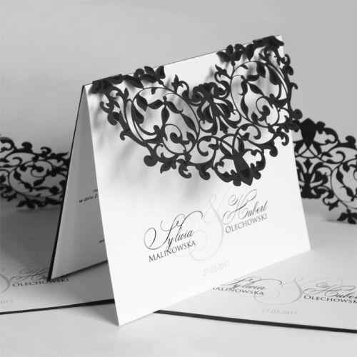 A meghívó kíváló minőségű matt fekete dekoratív papírból készül. A borítón fantáziadús lézerrel kivágott minta. A minták lakkal vannak díszítve. A betétlapfehér, matt felületű.A meghívóhoz dekoratív boríték jár.A meghívóknál nincs szerkesztésiés nyomtatási költség