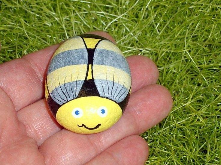 Stein wie eine Biene bemalen und ins Gras legen