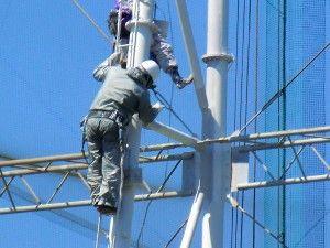 ゴルフ練習場の鉄塔を塗装