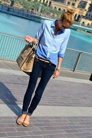 Light chambray shirt, dark jeans, gold shoes/accessories