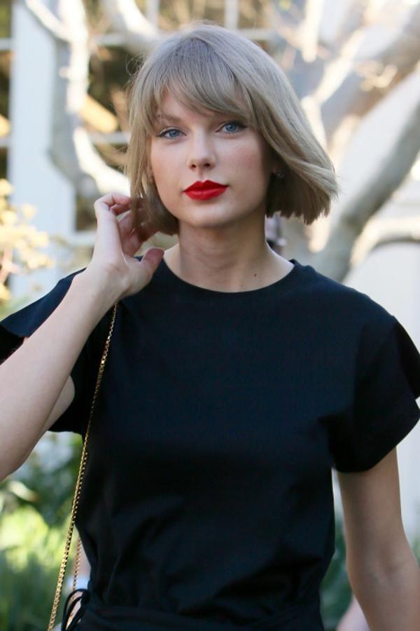 La cantante ha hecho de los labios rojos su seña de identidad. Taylor Swift suele combinar los labios rojos con un fino eyeliner con rabillo.
