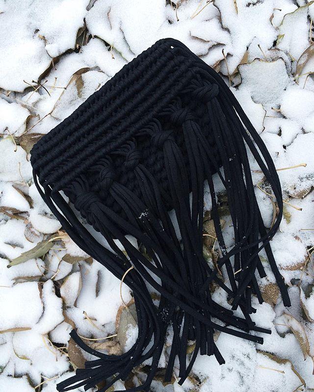 Хочется её называть Фрида! За характер и за узелочки, словно бутончики цветов в волосах  позже будет ещё ручка (тут я ещё подумаю), ну и конечно, красивый внутренний мир в виде подклада и замочка ❤️ А, да! У нас чуть-чуть снег, но достаточно, чтобы заморозить собакины лапки. Всем лав энд пис! #crochetbag #macrame #macramebag