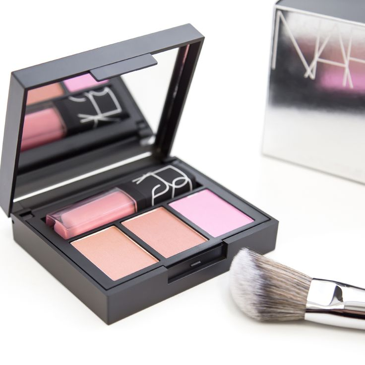 Keep all your favorite NARS products close with this sleek, two-tiered mirrored palette.