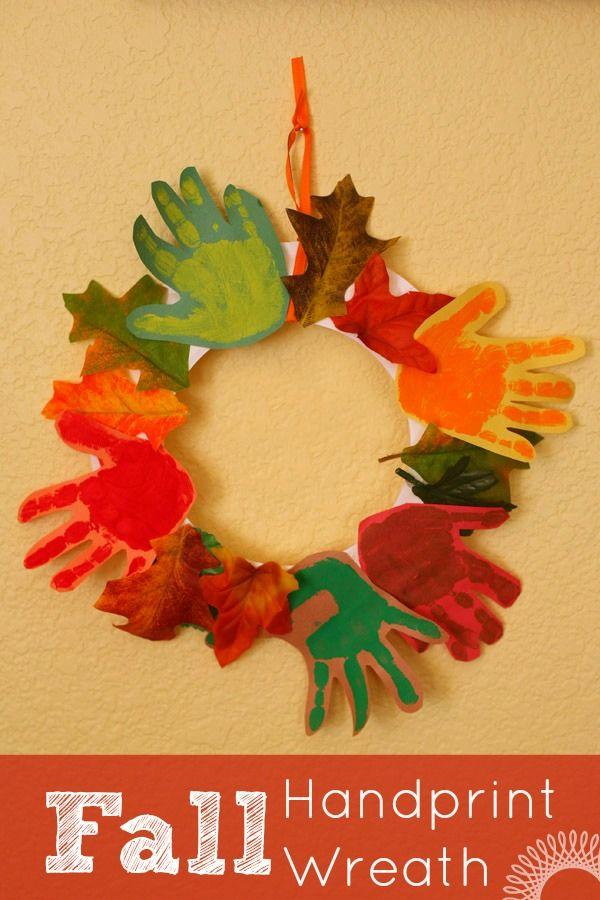 Kreativer Türkranz mit Herbstlaub und Handabdrücken