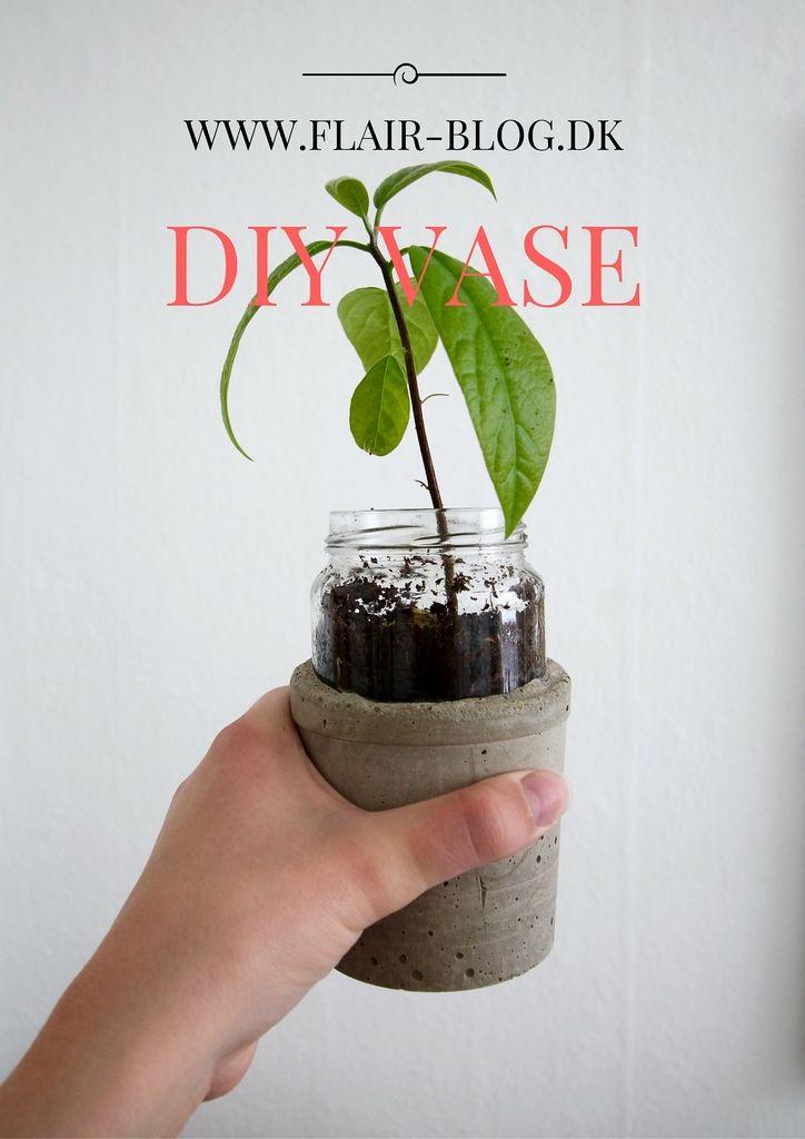 Denne DIY vase i beton og glas klæder dine blomster eller planter lækkert på. Den kan også bruges til opbevaring af f.eks. sugerør. Find guiden på bloggen.