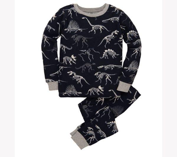 Pijama de esqueletos de dinosaurios para soñar increíbles aventuras jurásicas !  100 % algodón. Camiseta y pantalones con muchos y divertidos esqueletos de dinosaurios. Azul marino con esqueletos de dinosaurios blancos y cuello y puños grises.  Se puede lavar a máquina. Color: Azul, tallaje ceñido. Tallas:  4 a 12 años PVP: 34,50€