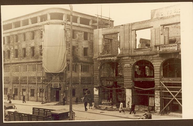 1945: Tatendrang nach Kriegsende  Das Geschäftshaus lag in Schutt und Asche, getroffen bei einem der letzen Bombenangriffe im März knapp vor Kriegsende.   Engelhorns Personal packte auf unkonventionelle Weise tatkräftig mit an, sodass schon kurz nach Kriegsende im August 1945 in den Kellerräumen wieder verkauft und getauscht werden konnte.